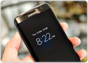 Смартфон Samsung с часами на экране