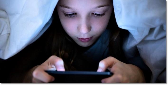 Девочка ночью смотрит смартфон