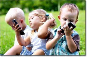 Дети исследуют смартфоны