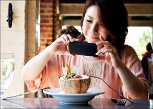 Девушка снимает блюдо с кокосом