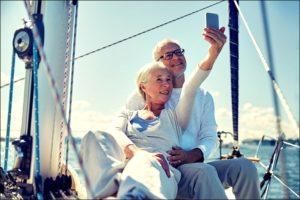 Пожилая пара на море