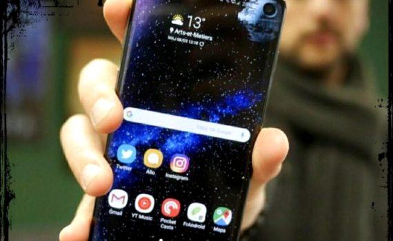 Телефон Самсунг в руке