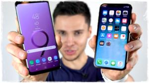 Два смартфона в руках ведущего