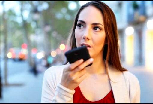 Девушка общается по Громкой связи