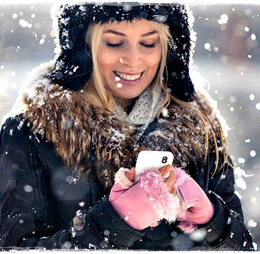 Девушка со смартфоном Зимой