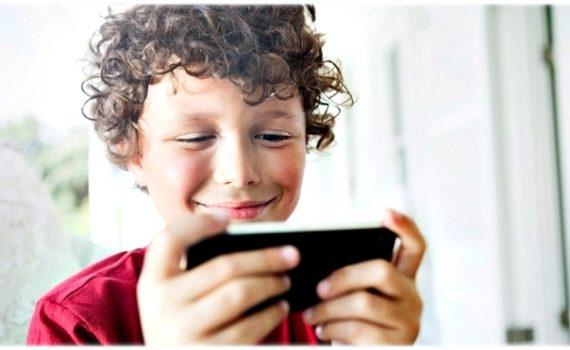 Ребёнок исследует смартфон