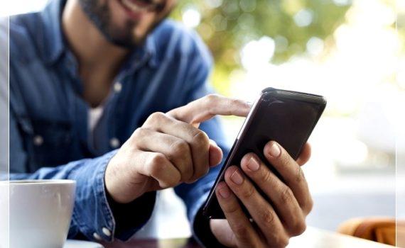 Читает сообщение со смартфона
