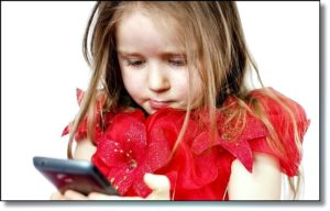 Девочка добралась до смартфона